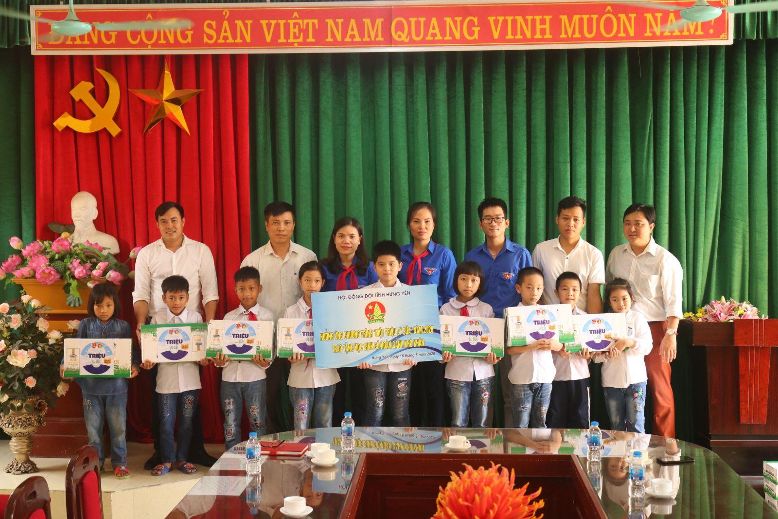 Nhân dịp kỉ niệm 79 năm ngày thành lập Đội Thiếu niên tiền phong Hồ Chí Minh (15/5/1941-15/5/2020), Hội đồng Đội tỉnh Hưng Yên tặng quà cho thiếu nhi có hoàn cảnh khó khăn