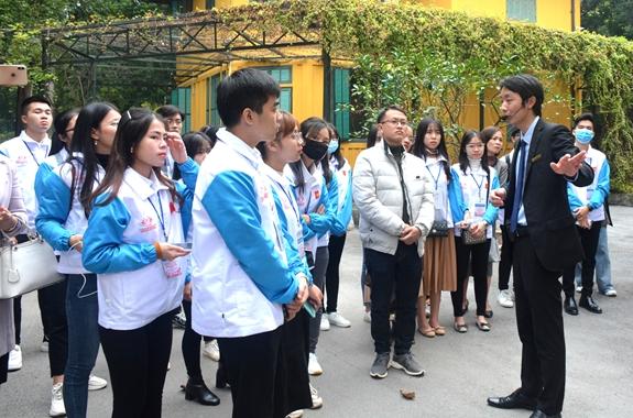 Học sinh, sinh viên tích cực học tập và làm theo Bác