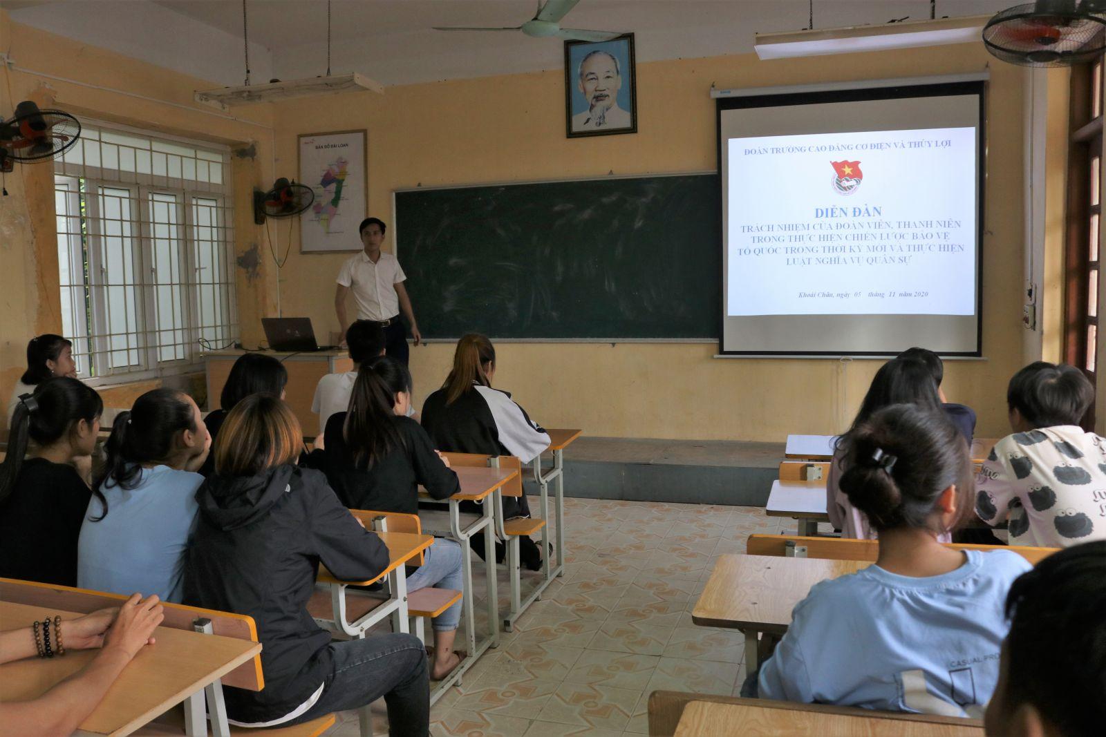Đoàn trường Cao đẳng Cơ điện Thủy lợitổ chức Diễn đàntuyên truyền thực hiện Chiến lược bảo vệ Tổ quốc trong tình hình mới