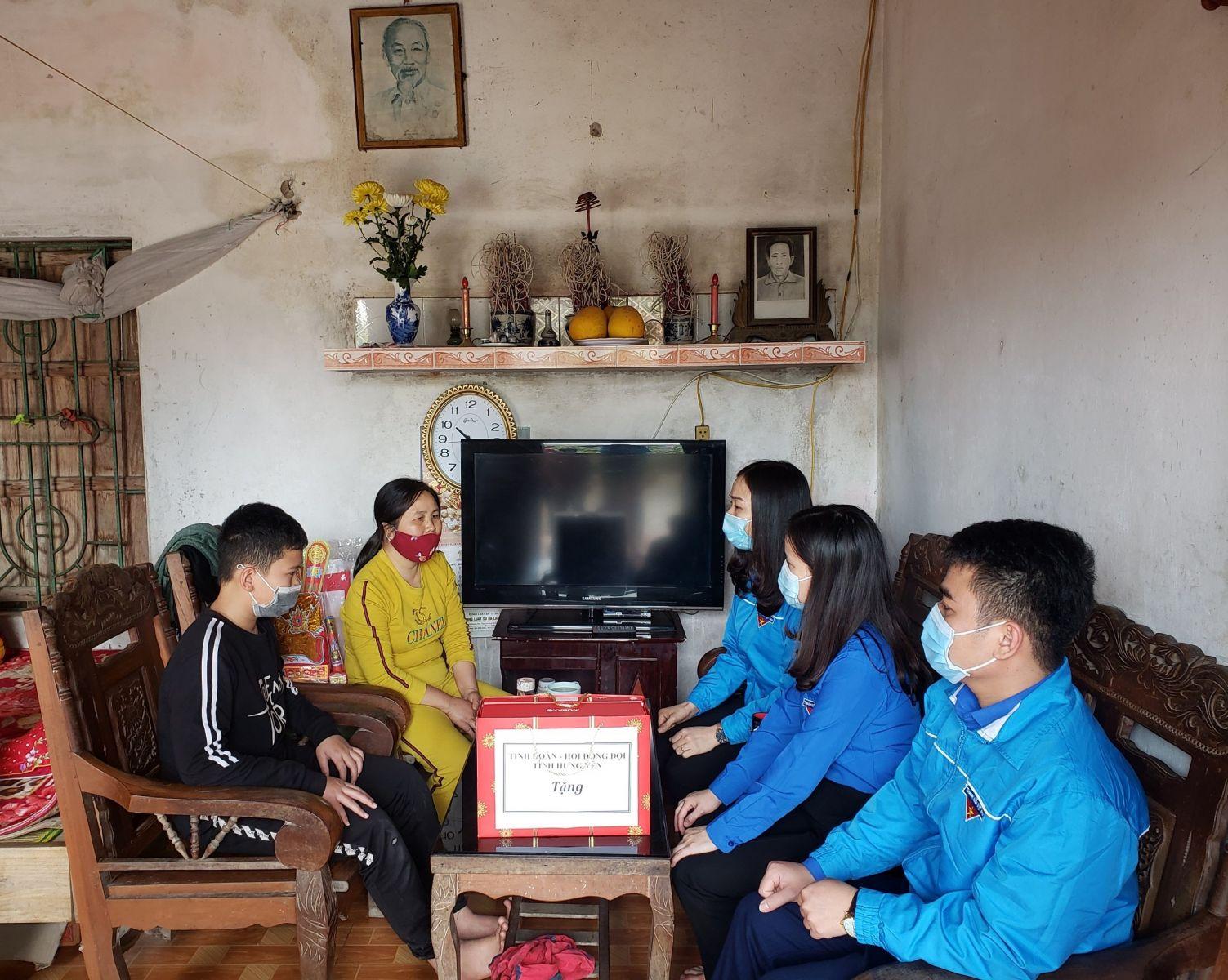 Tỉnh đoàn- Hội đồng Đội tỉnh trao 90 suất quà Tết tới thiếu nhi Hưng Yên có hoàn cảnh khó khăn