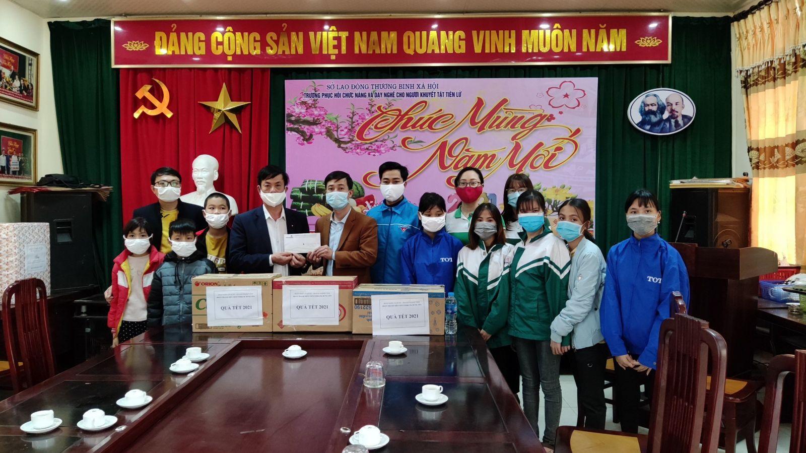 Đoàn khối Cơ quan - Doanh nghiệp tỉnh tổ chức hoạt động thăm, tặng quà học sinh có hoàn cảnh khó khăn dịp Tết Nguyên đán Tân Sửu năm 2021