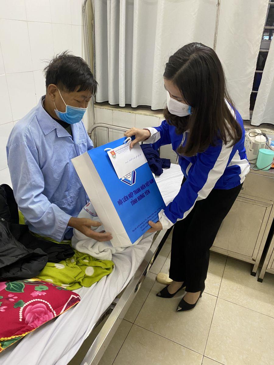 Ban Thường vụ Tỉnh đoàn, Hội Liên hiệp thanh niên Việt Nam tỉnh  tặng quà tết bệnh nhân không về quê ăn tết dịp Tết Nguyên đán  Xuân Tân Sửu năm 2021