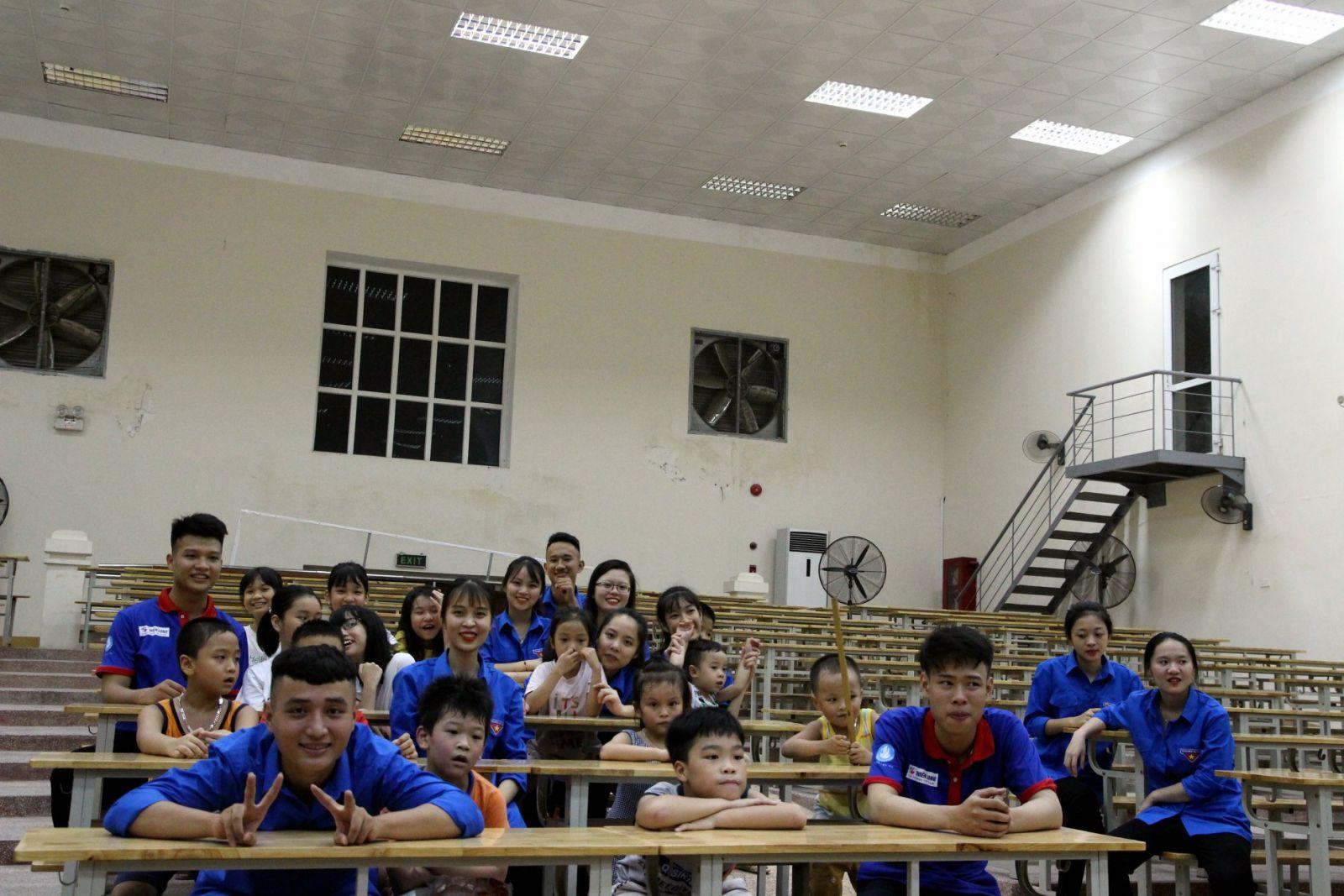 Sinh viên tình nguyện dạy tiếng Anh