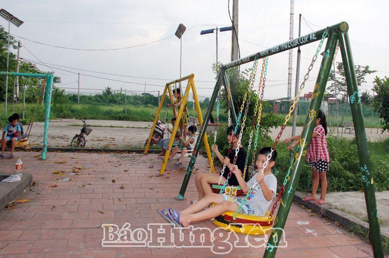 """Tuổi trẻ Hưng Yên - """"Biến"""" lốp xe cũ thành đồ chơi cho trẻ em"""