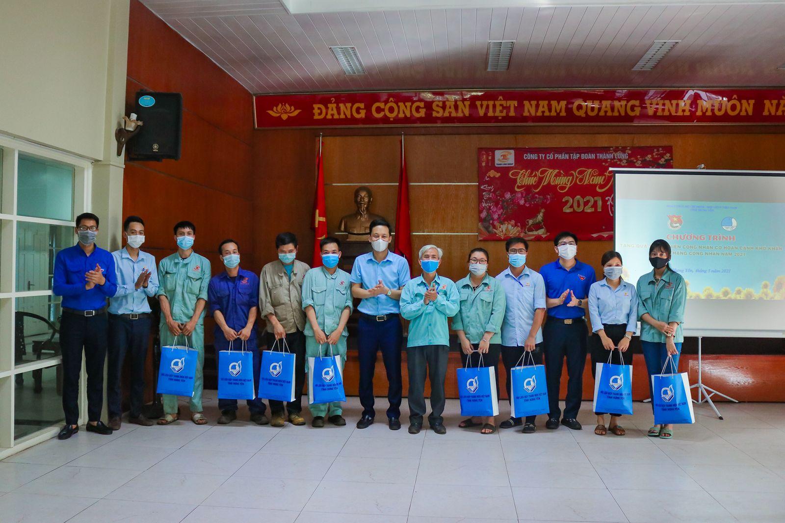 Ban Thường vụ Tỉnh đoàn, Hội LHTN Việt Nam tỉnh tặng quà thanh niên công nhân có hoàn cảnh khó khăn, hưởng ứng Tháng công nhân năm 2021