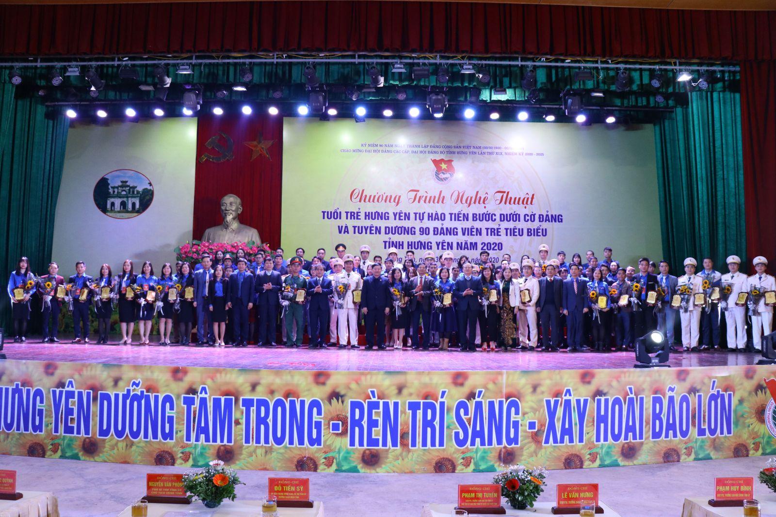 """Chương trình nghệ thuật """"Tuổi trẻ Hưng Yên tự hào tiến bước dưới cờ Đảng"""" và tuyên dương 90 đảng viên trẻ tiêu biểu"""