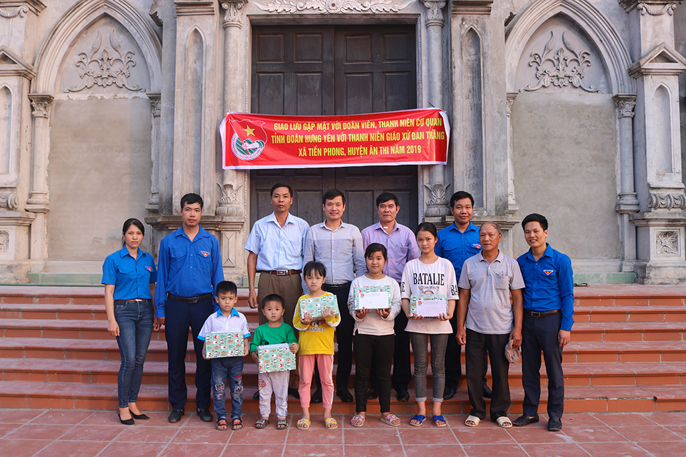 Ban Thường vụ Tỉnh đoàn, Hội LHTN Việt Nam tỉnh tổ chức giao lưu thể thao, thăm, tặng quà thiếu nhi giáo xứ Đan Tràng, xã Tiền Phong, huyện Ân Thi năm 2019