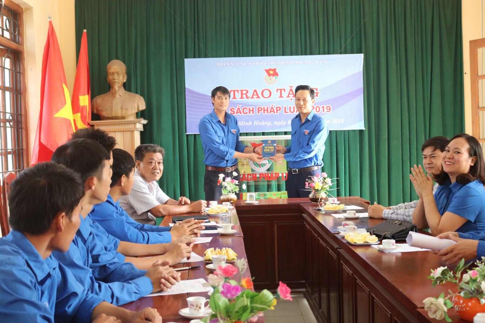 Tỉnh đoàn tổ chức trao tặng Tủ sách pháp luật hưởng ứng Ngày Pháp luật nước Cộng hòa xã hội chủ nghĩa Việt Nam (09/11/2019)