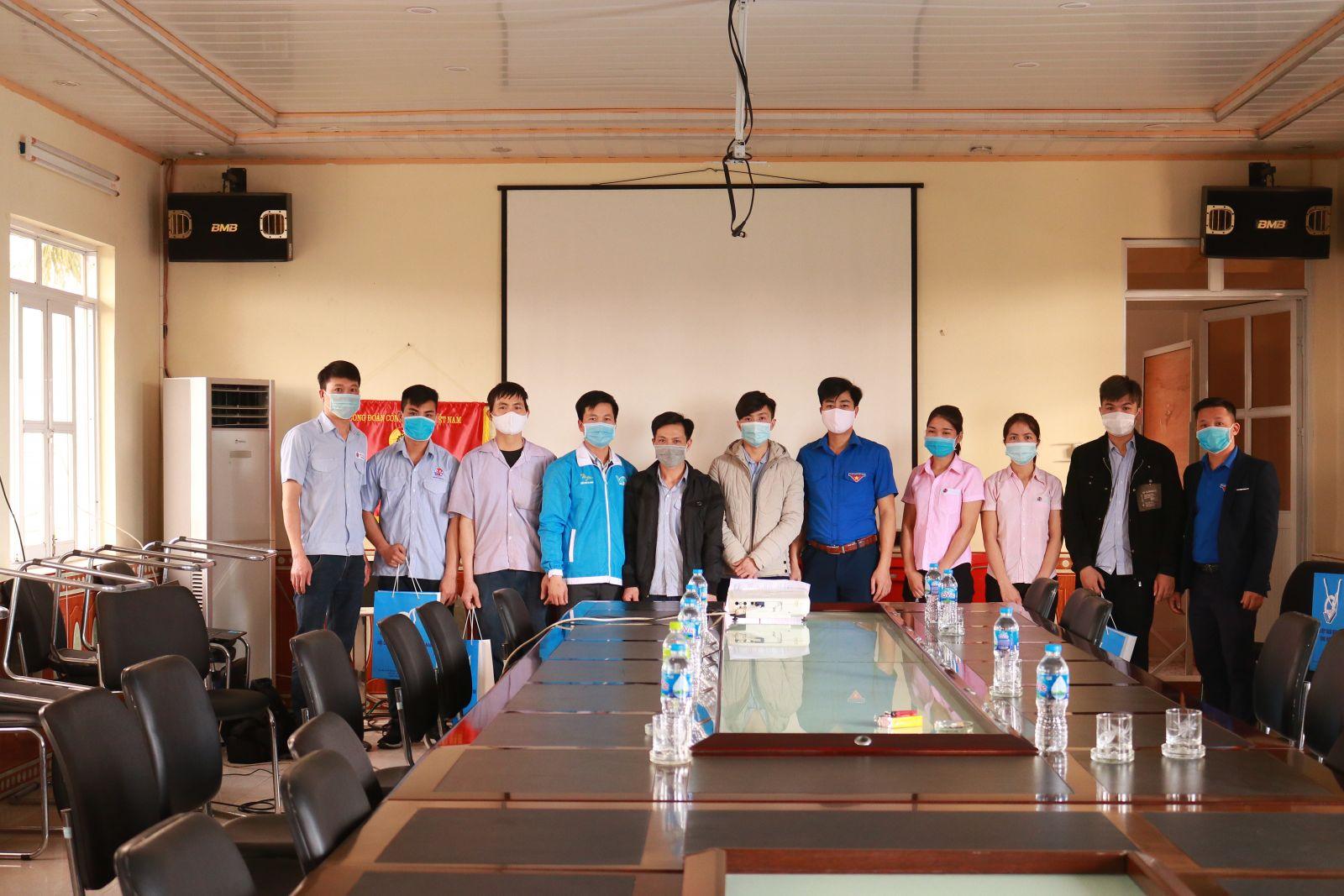 Ban Thường vụ Tỉnh đoàn, Hội LHTN Việt Nam tỉnh tặng quà thanh niên công nhân dịp tết Nguyên đán Xuân Tân Sửu năm 2021