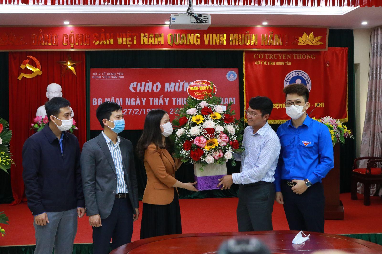 Ban Thường vụ Tỉnh đoàn, Hội LHTN Việt Nam tỉnh tặng hoa chúc mừng  nhân kỷ niệm 66 năm Ngày Thầy thuốc Việt Nam