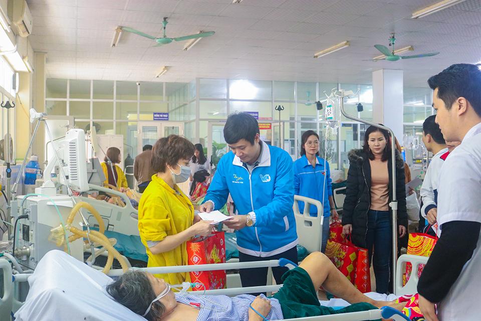 Hội Liên hiệp thanh niên Việt Nam tỉnh Hưng Yên tặng quà tết bệnh nhân không về quê ăn tết dịp Tết Nguyên đán Xuân Canh Tý năm 2020