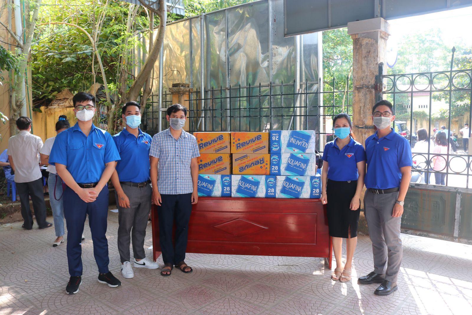 Đội Thanh niên tình nguyện tham gia hỗ trợ  điểm tiêm vắcxin phòng covid - 19