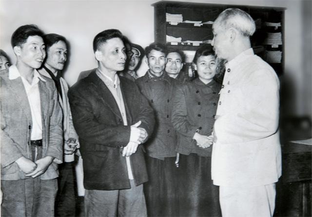 Vận dụng tư tưởng Hồ Chí Minh về công tác cán bộ để thực hiện thành công Chiến lược cán bộ của Đảng