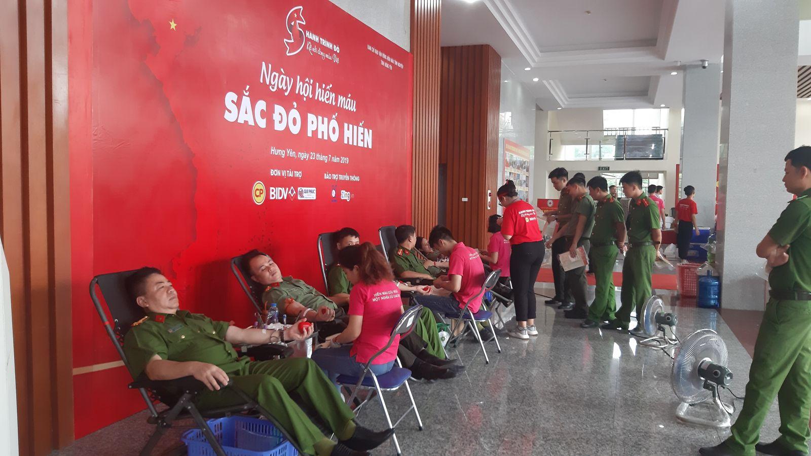 """Tuổi trẻ Công an tỉnh tham gia Ngày Hội hiến máu tình nguyện """"Sắc đỏ Phố Hiến"""" 2019"""