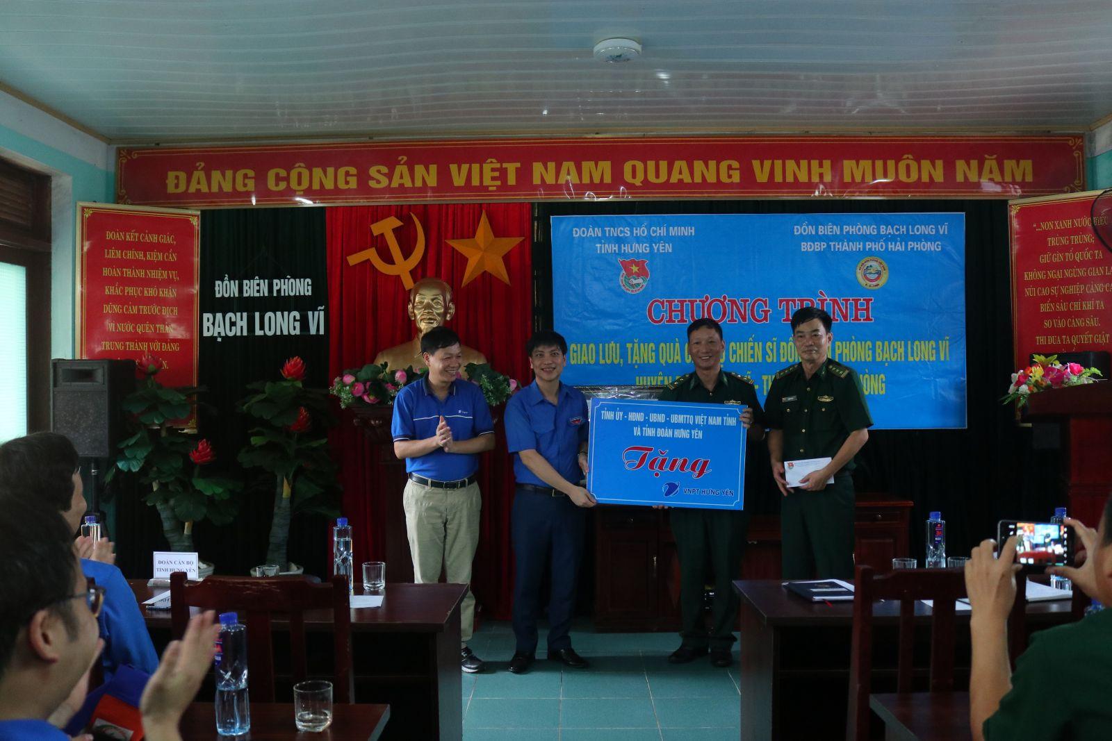 Tỉnh đoàn Hưng Yên tổ chức chương trình giao lưu, tặng quà cán bộ, chiến sĩ Đồn biên phòng Bạch Long Vĩ