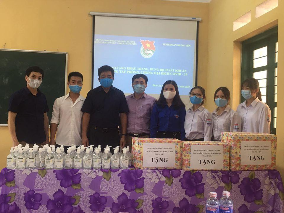 Tỉnh đoàn Hưng Yên tặng quà hỗ trợ Trường THPT Nam Phù Cừ chung tay phòng, chống dịch bệnh Covid-19 cho học sinh