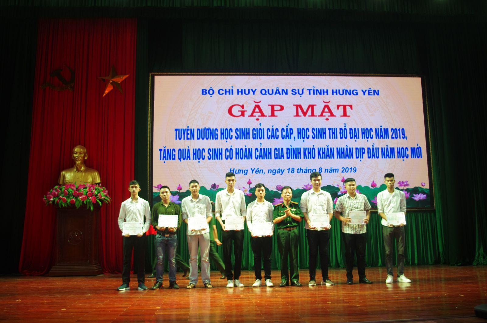 Bộ CHQS tỉnh: Tuyên dương học sinh giỏi các cấp, học sinh thi đỗ đại học năm 2019