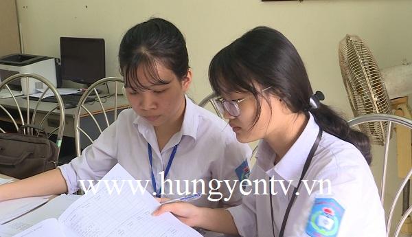 2 nữ sinh nghiên cứu đề tài giảm stress cho học sinh ở Tiên Lữ
