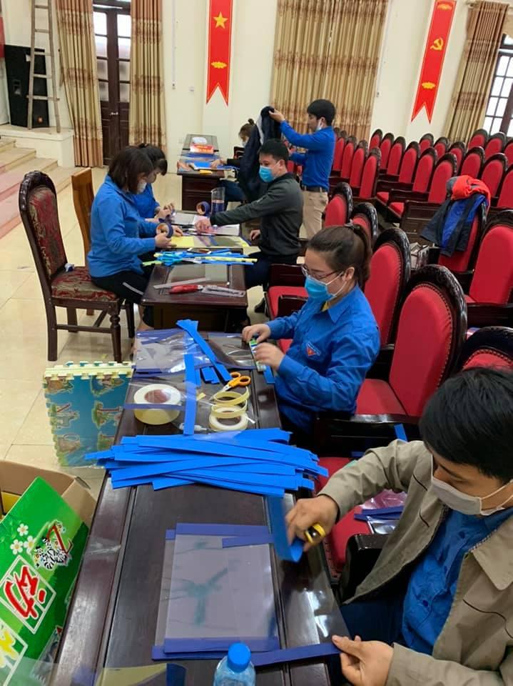 Tuổi trẻ huyện Kim Động sản xuất Mặt nạ chắn giọt bắn  phòng chống Covid - 19