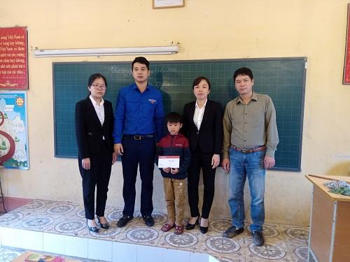 Huyện đoàn - Hội Đồng đội huyện Mỹ Hào tặng quà học sinh có hoàn cảnh đặc biệt khó khăn