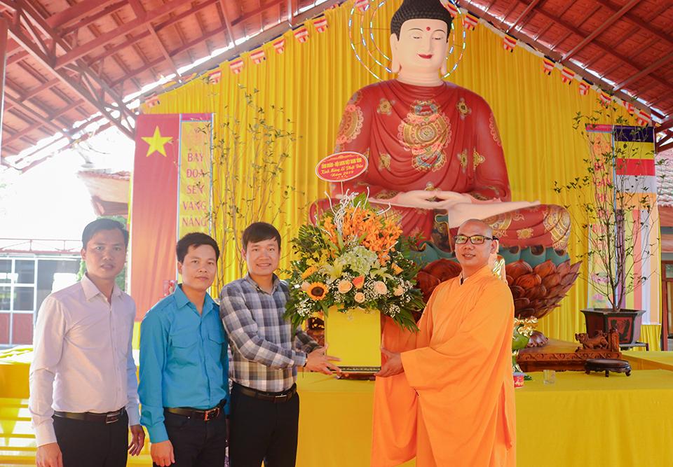 Ban Thường vụ Tỉnh đoàn, Hội Liên hiệp thanh niên Việt Nam tỉnh Hưng Yên tổ chức thăm, tặng quà nhân dịp Đại lễ Phật đản 2019