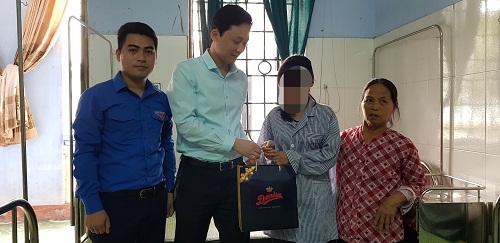 Ban Thường vụ Tỉnh đoàn, Hội đồng Đội tỉnh thăm, tặng quà, động viên nữ sinh bị bạo lực học đường