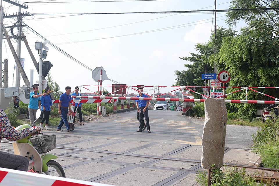 Ban Thường vụ Huyện đoàn Văn Lâm ra mắt Đội Thanh niên tình nguyện tham gia đảm bảo trật tự an toàn giao thông Điểm giao cắt đường bộ - đường sắt an toàn năm 2019