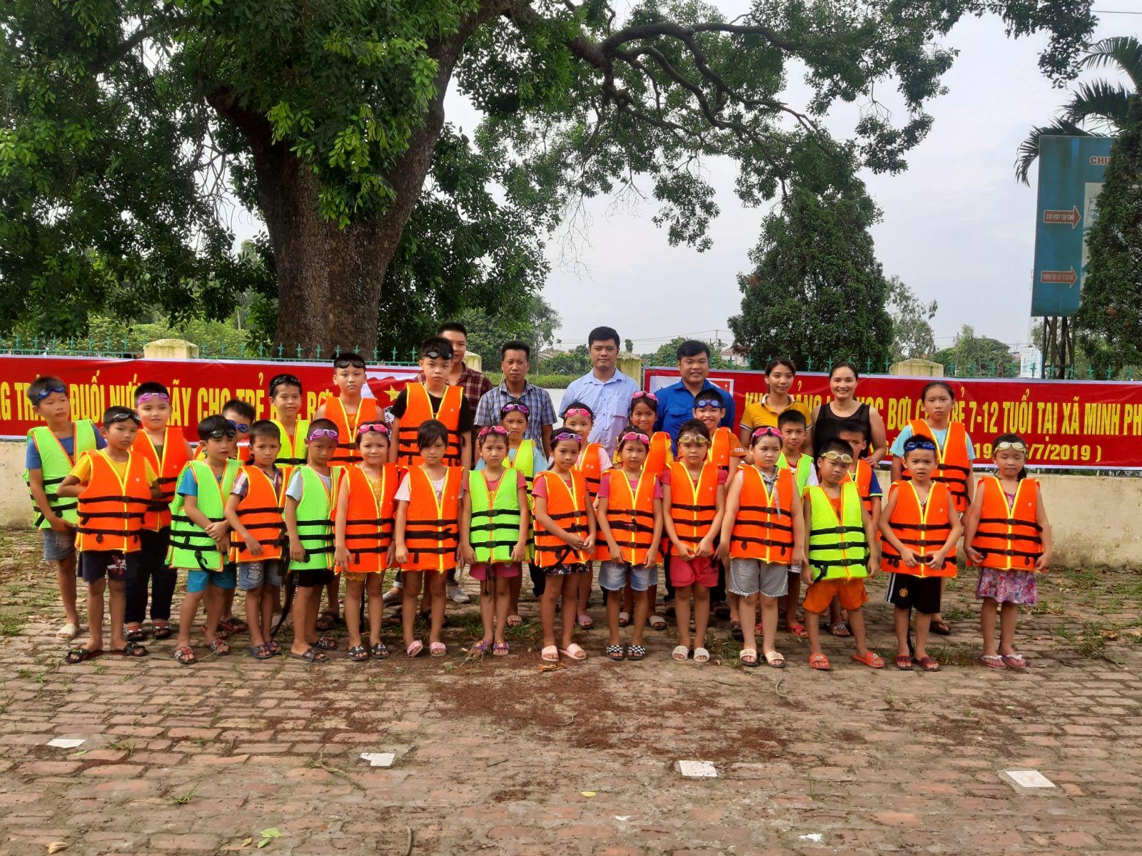 Huyện đoàn Tiên Lữ phối hợp tổ chức dạy bơi miễn phí cho thanh thiếu nhi